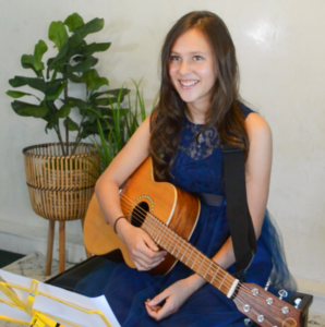 Eres with her guitar